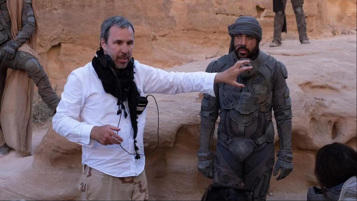 Denis Villeneuve junto a Javier Bardem en el rodaje de 'Dune'.