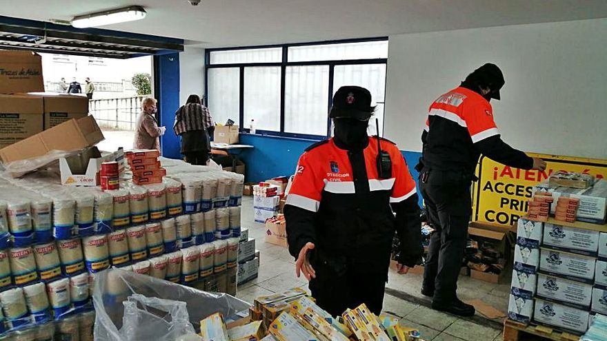 Reparto de alimentos donados por Cruz Roja a 81 familias de Corvera