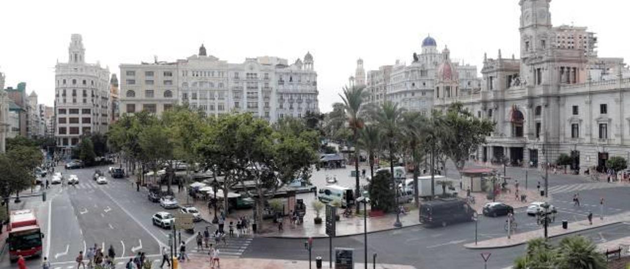 El tráfico en la plaza del Ayuntamiento será muy diferente al actual tras la reurbanización.