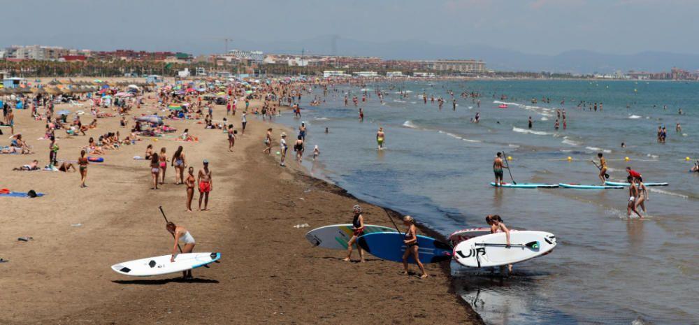 Primer día tras el estado de alarma: playas, centros comerciales y vuelos en Manises