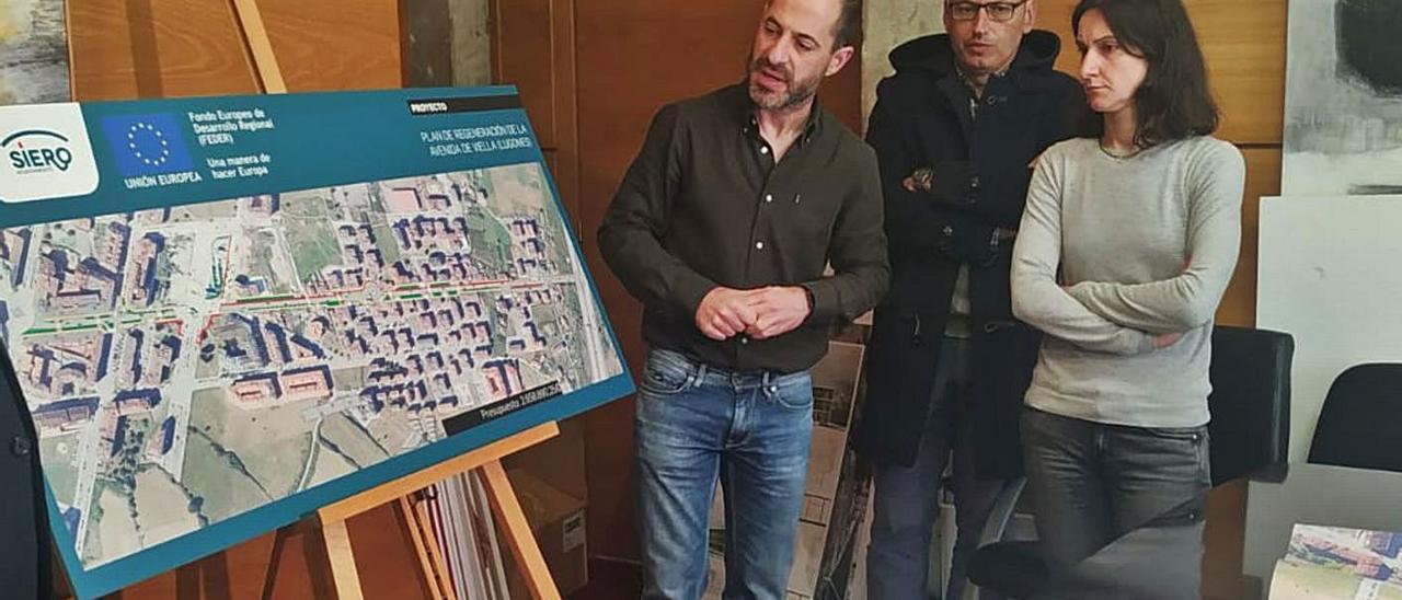 El Alcalde, a la izquierda, junto a técnicos municipales, durante la presentación del plan de urbanización de la avenida de Viella, el año pasado. | A. I.