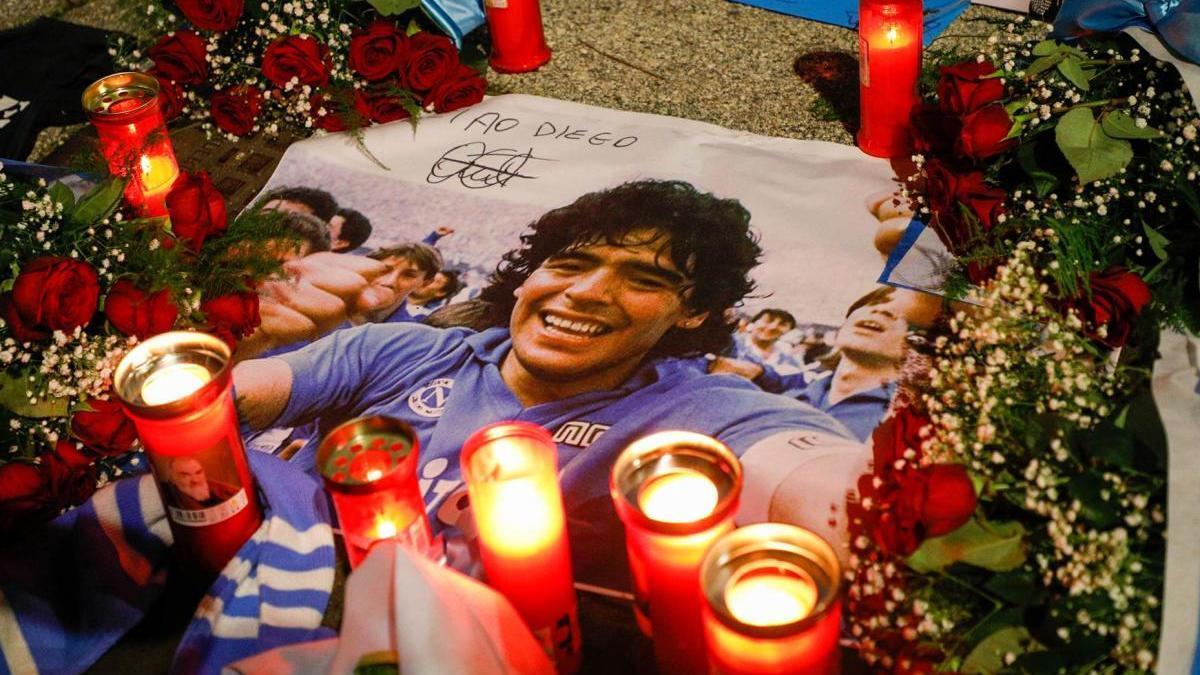 Flores por la muerte de Maradona.
