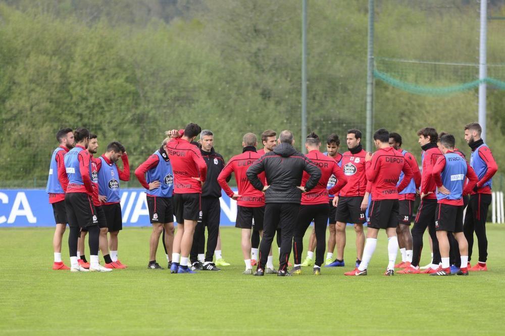 El nuevo entrenador Pablo Martí dirige un entrenamiento con ejercicios ofensivos y partidos en espacio reducido de alta intensidad.
