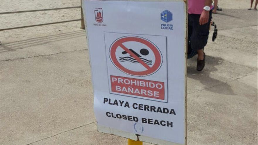 La policía desaloja a turistas de Playa Chica por un vertido de agua fecales