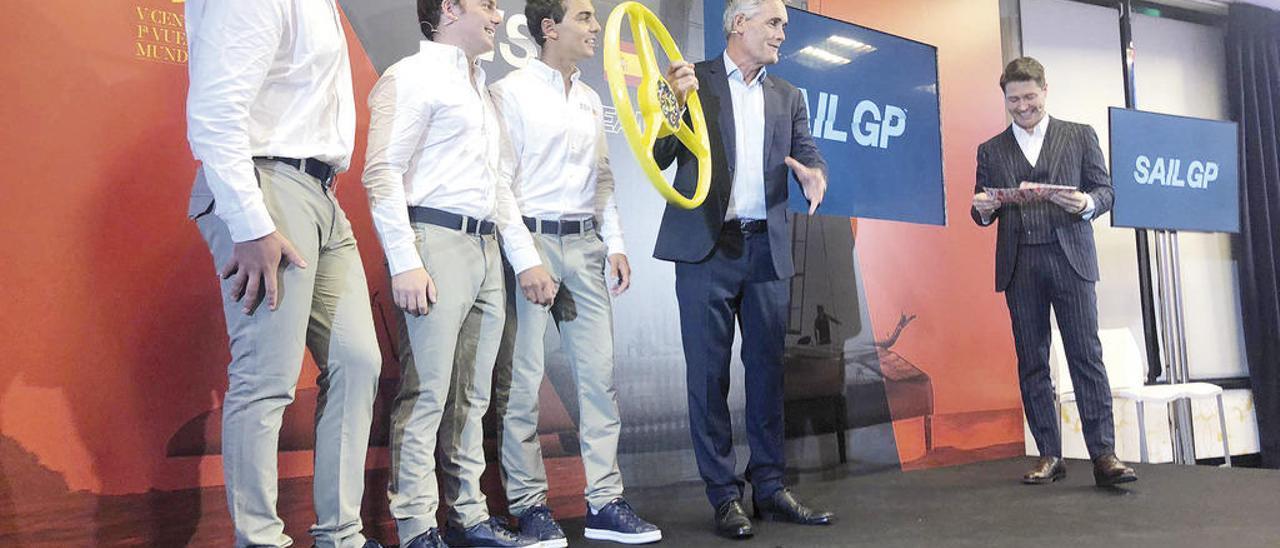 Bugallo, entre Cardona y Xammar, y junto a Russell Couts, en la presentación del equipo español en Madrid. // FdV