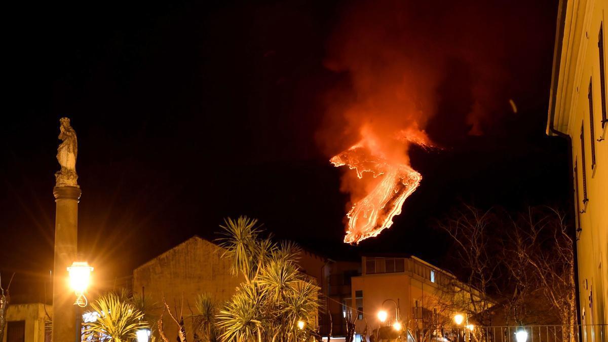 Una lengua de lava desciende por el Etna.