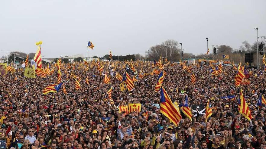 "Puigdemont ataca el diálogo ""estéril"" en Perpiñán, donde silban a Junqueras"