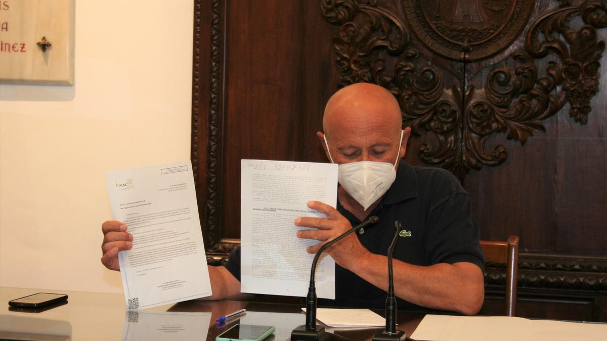 El edil Pedro Sosa muestra los documentos, este martes.