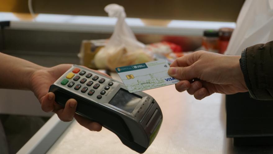 La Pobla de Vallbona lanza las tarjetas solidarias para facturar productos de primera necesidad