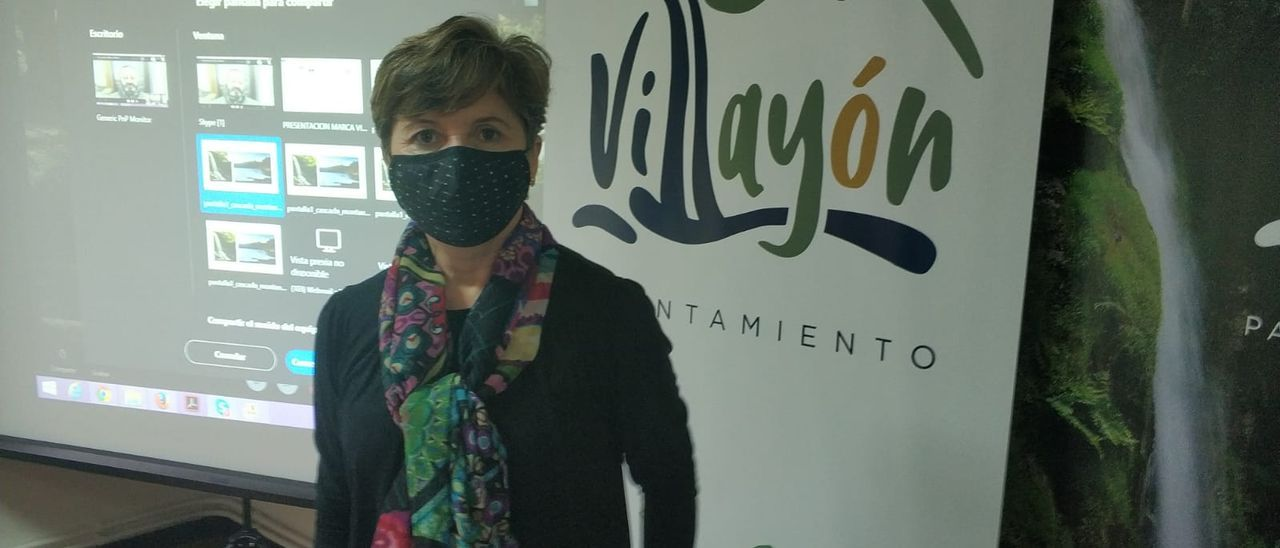 La alcaldesa, ayer, con el logo a la derecha, durante la presentación de la nueva imagen de marca del municipio