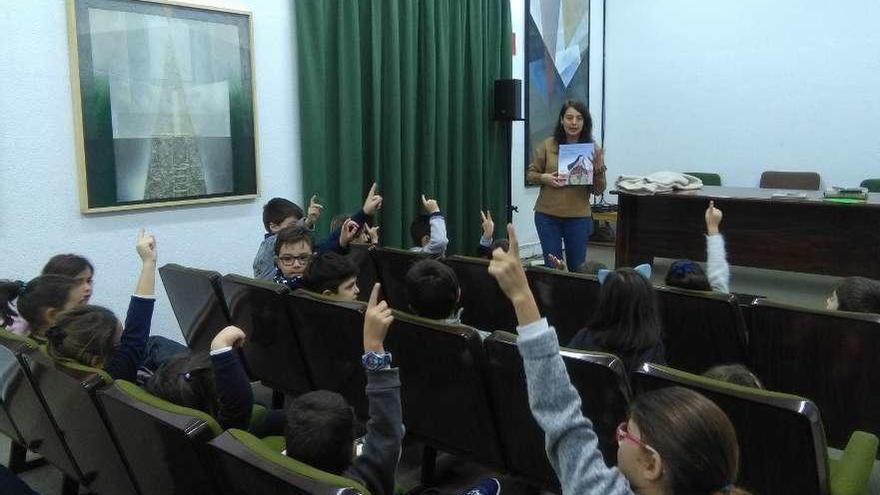 Los niños conocen a Santa Teresa con cuentos y manualidades