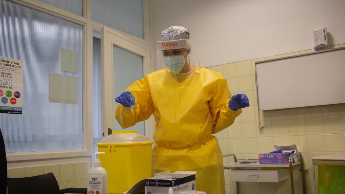 Diàriament, es fan centenars de proves PCR a Catalunya.