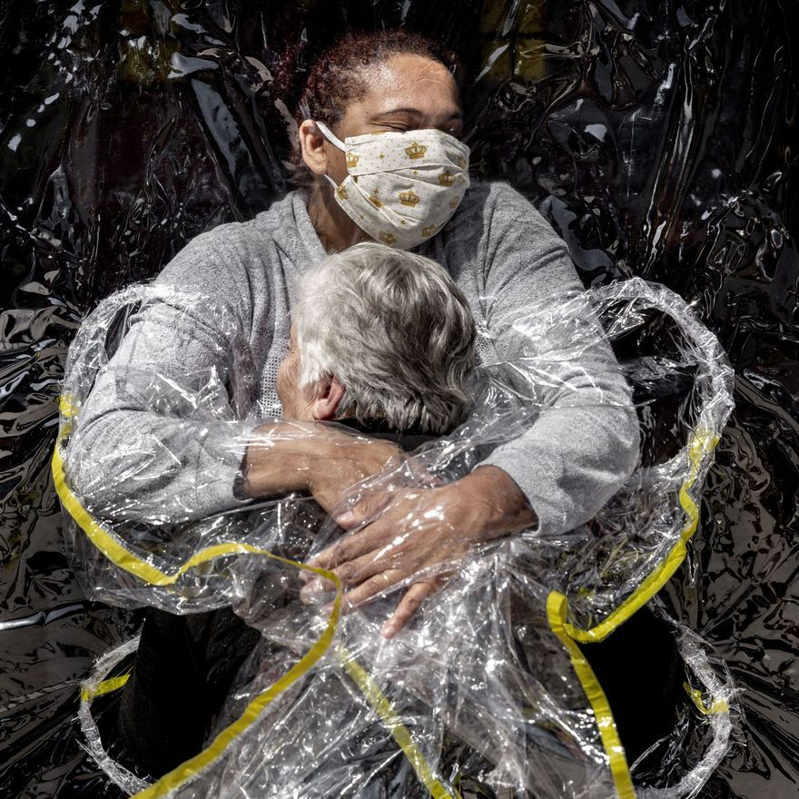 Premio Noticias generales: 'The First Embrace'. Foto: Mads Nissen.