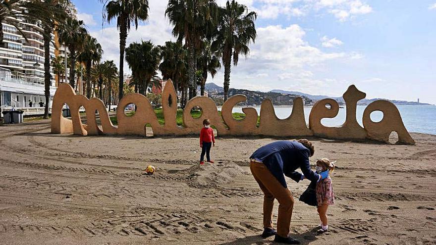 Los servicios de playa funcionan ya todos los fines de semana en Málaga capital