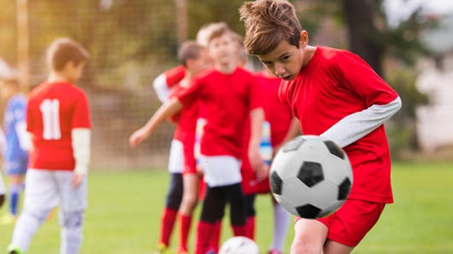 Eliminan los remates de cabeza en los entrenamientos de niños en Reino Unido