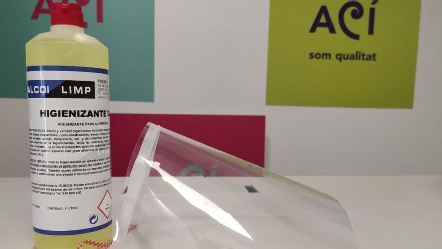 El Ayuntamiento de Alcoy reparte pantallas protectoras y desinfectante a los comercios y la hostelería