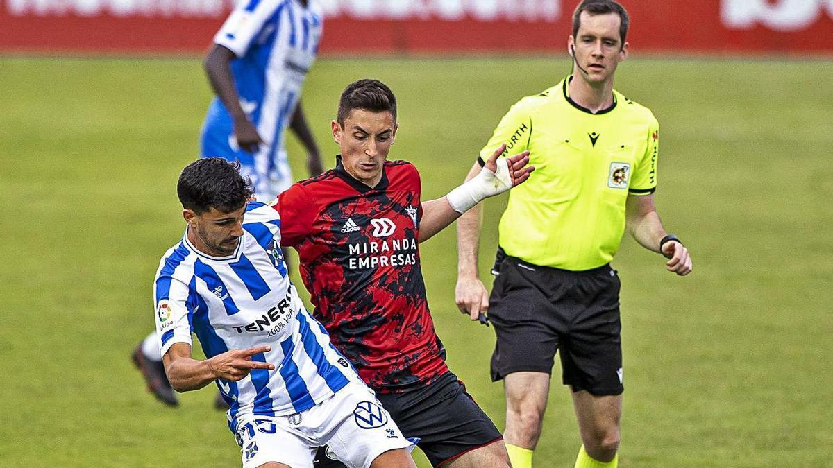 Galech Apezteguía observa una disputa por el balón de Pomares y Martínez. | | LALIGA
