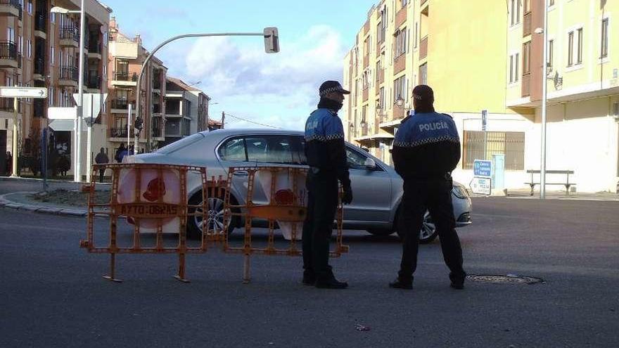Dos agentes de la Policía Local se disponen a regular el tráfico en uno de los accesos a la ciudad.