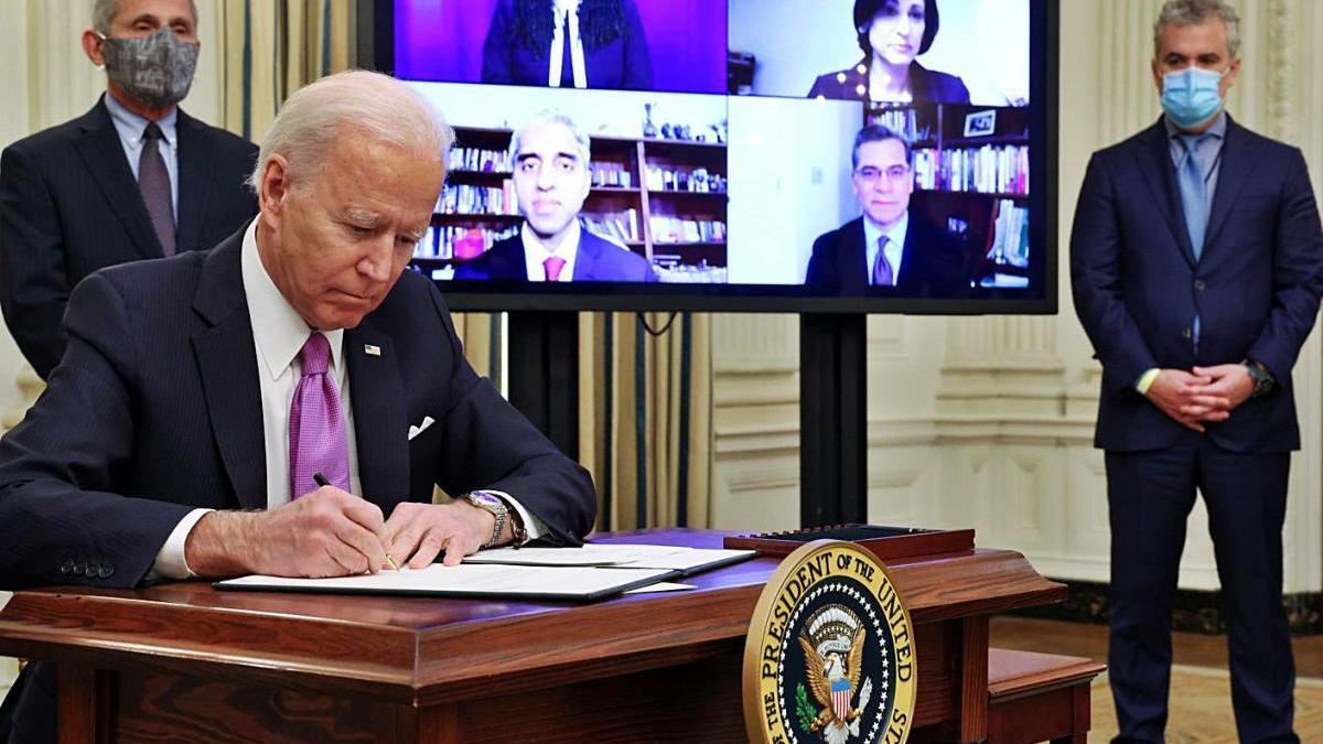 Biden se centra en la pandèmia en el seu primer dia de president