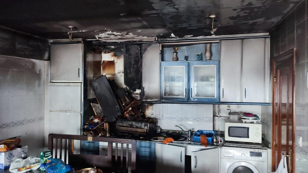 Una persona resulta intoxicada por inhalación de humo en el incendio de un edificio de Oleiros