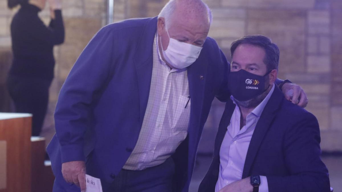 El consejero de Salud, Jesús Aguirre, saluda a Adolfo Molina, único candidato a la reelección.