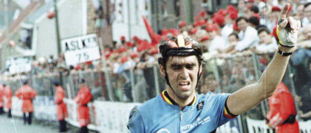 Criquielion, tras caerse en el Mundial de 1988.