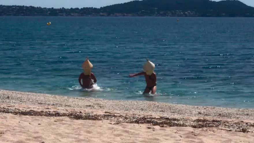 Pillan a dos hombres disfrazados de boya saltándose la prohibición de ir a la playa