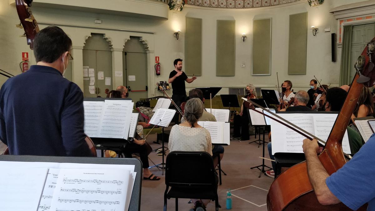 Marc Timón en un moment de l'assaig amb l'OSV pel concert centrat en l'obra de John Williams al Palau. Dimarts 15 de juny de 2021 (Horitzontal)