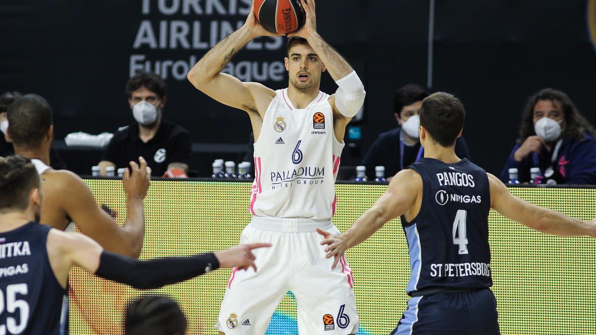 El jugador vigués de baloncesto Alberto Abalde, del Real Madrid, durante un momento del partido ante el Zenit de San Petersburgo