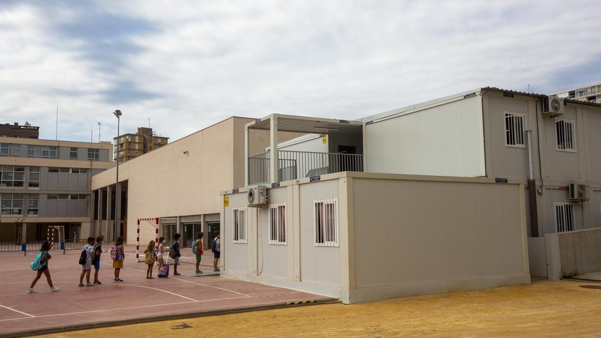 Barracones en los que dan clase los alumnos del CEIP La Almadraba, en las instalaciones del IES Radio Exterior