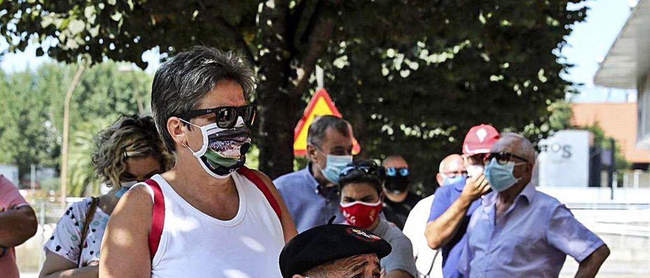 Tomás García, en la cola de ayer para renovar el abono del Sporting.