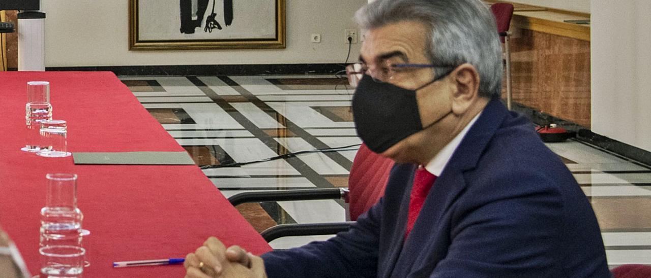 El vicepresidente, Román Rodríguez, ayer mientras esperaba el inicio de la reunión del consejo asesor del presidente por vía telemática.     ACFI PRESS