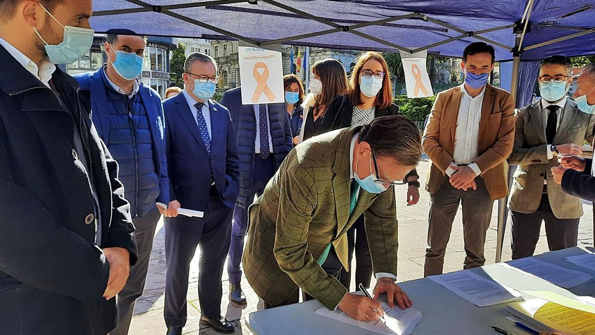 Canteli firma el manifiesto contra la LOMLOE en presencia de concejales del PP y miembros del partido. | LNE