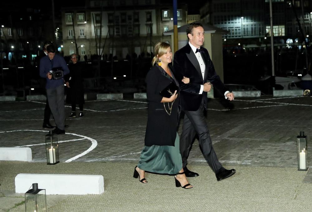 La arquitecta coruñesa Elsa Urquijo y su acompañante a su llegada al Real Club Náutico de A Coruña.