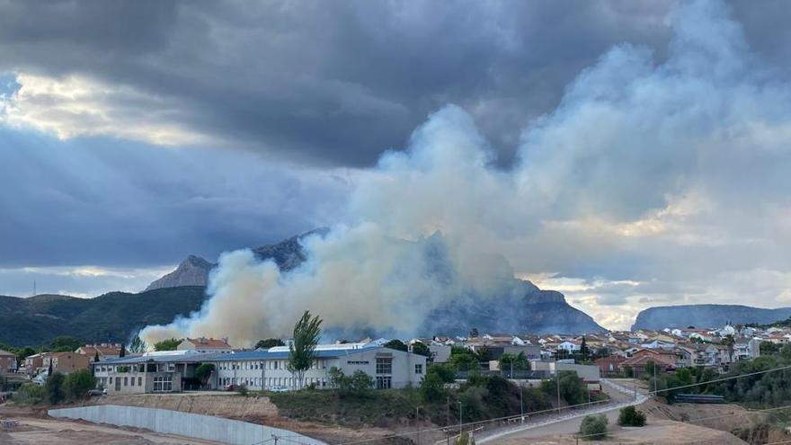 Els bombers extingeixen l'incendi d'OIesa de Montserrat