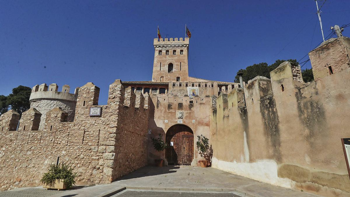 Vista exterior del castillo. Tras la muralla,  que rodeaba el pueblo, se encuentra el  foso.  |  PACO CALABUIG