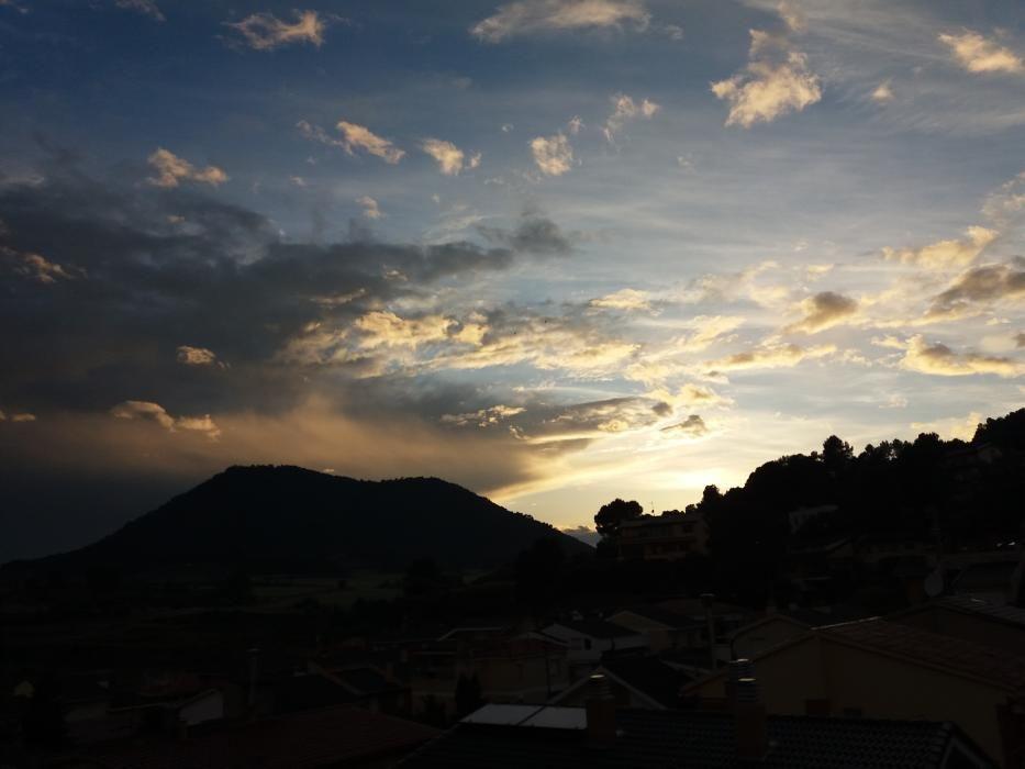 Sant Joan de Vilatorrada. Els núvols ja fan de les seves, envolten el Collbaix i no deixen que el sol s'acomiadi d'ella, una de les muntanyes màgiques que tenim a la comarca
