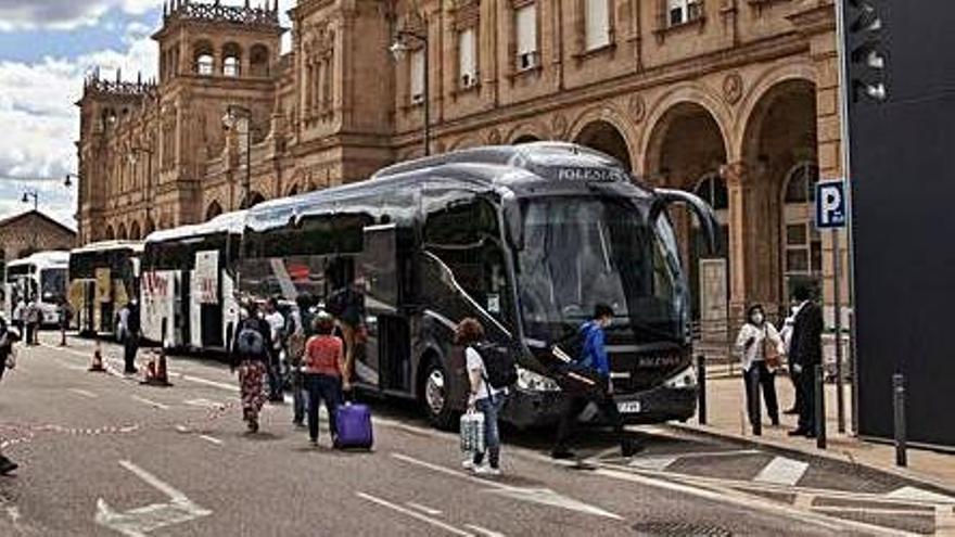 Viajeros del Alvia cogen el autobús. | N. Rodríguez