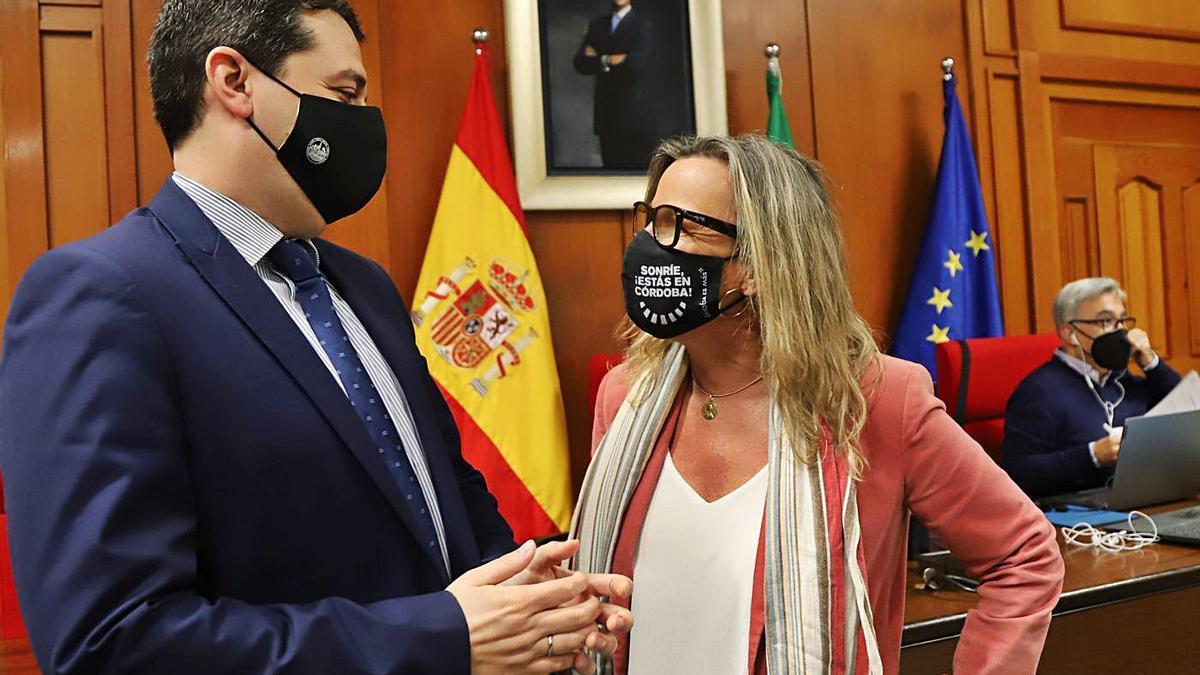 El alcalde de Córdoba, José María Bellido, y la primera teniente de alcalde, Isabel Albás, en el pleno.  | A.J. GONZÁLEZ