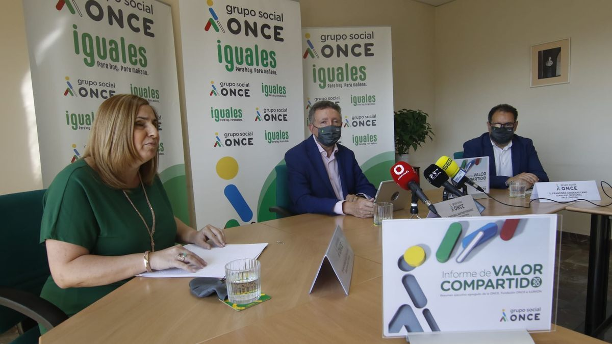 Carmen Aguilera, directora de la ONCE en Córdoba; Cristóbal Martínez, delegado en Andalucía de la ONCE; y Francisco Valderas, consejero territorial de la Once, durante la presentación del balance.