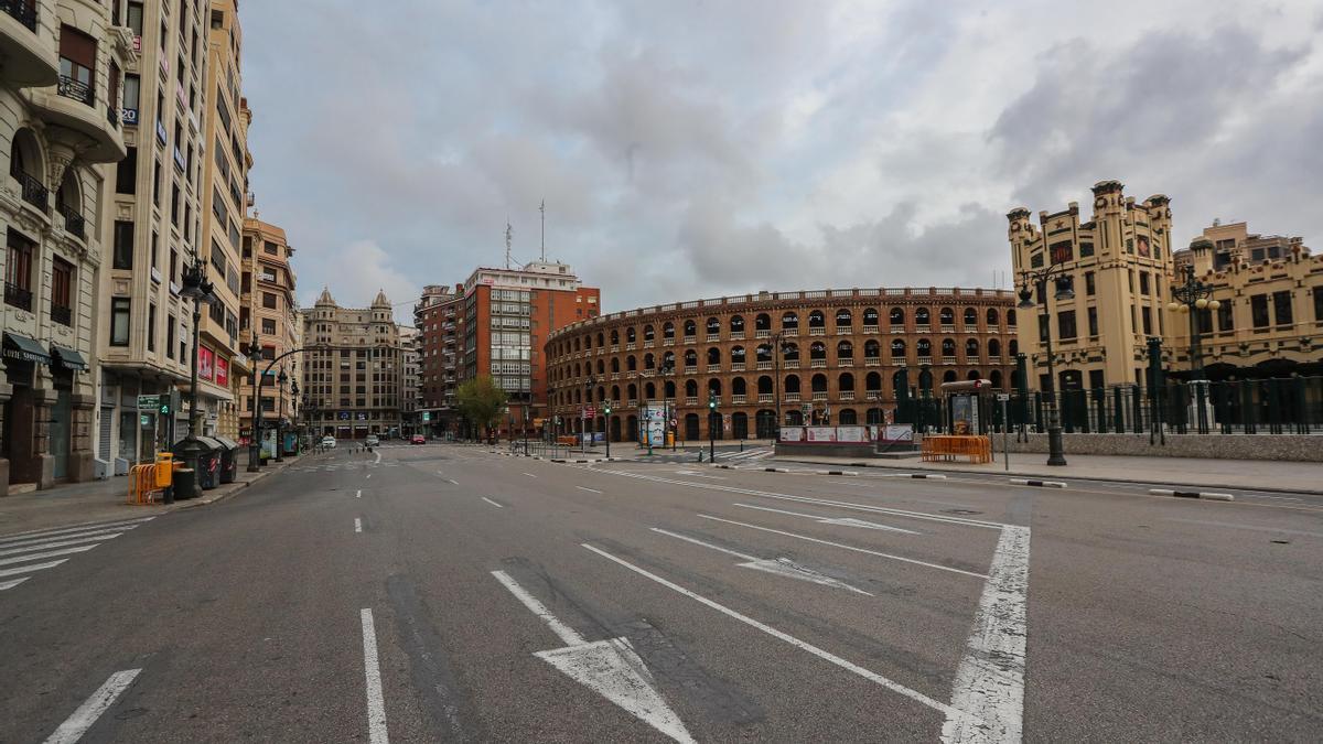 Exteriores de la plaza de toros de València el pasado 20 de marzo, en pleno confinamiento domiciliario.