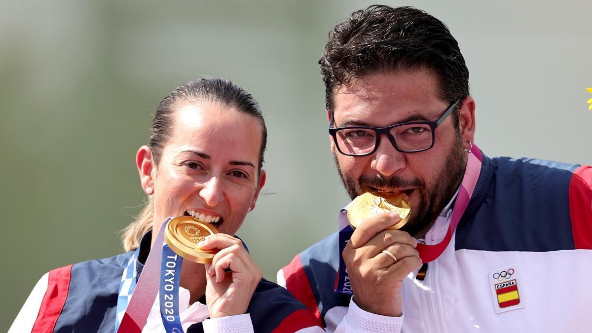 Fátima Gálvez, junto a Alberto Fernández, con la medalla de oro olímpica conquistada.