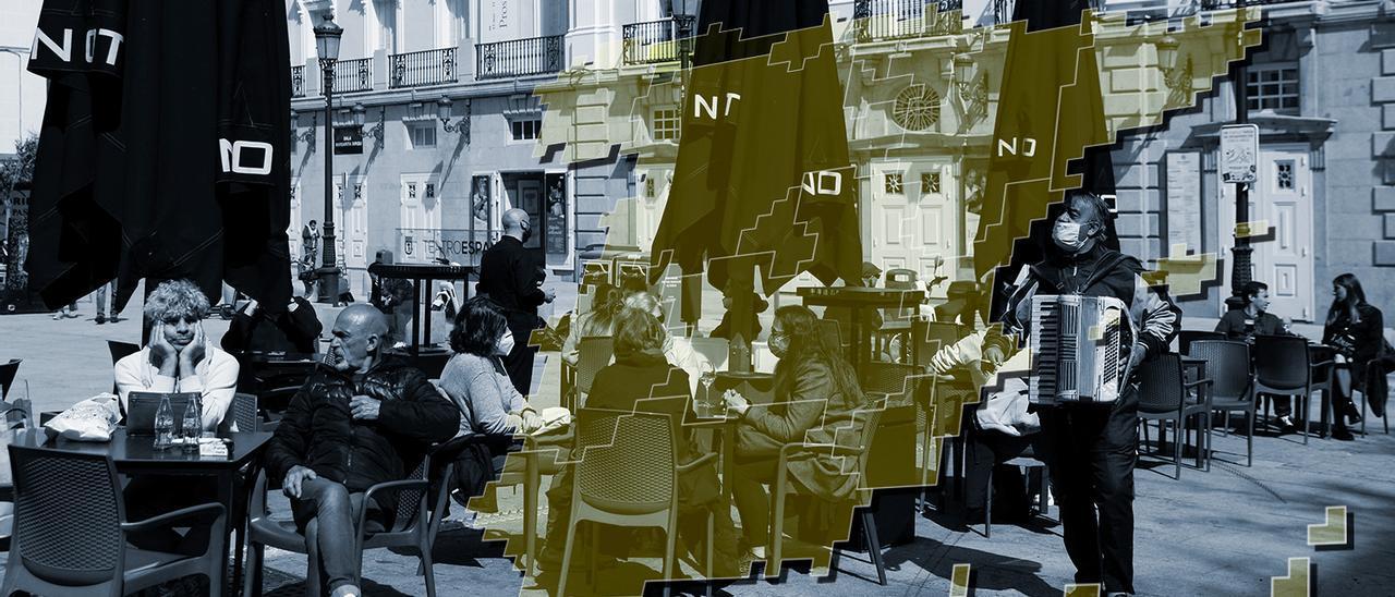 Personas consumiendo bebidas en una terraza de Madrid. / REUTERS