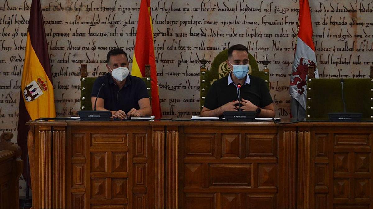 El representante de Aquona (izquierda) y el alcalde de Benavente (derecha) durante la presentación.   E. P.