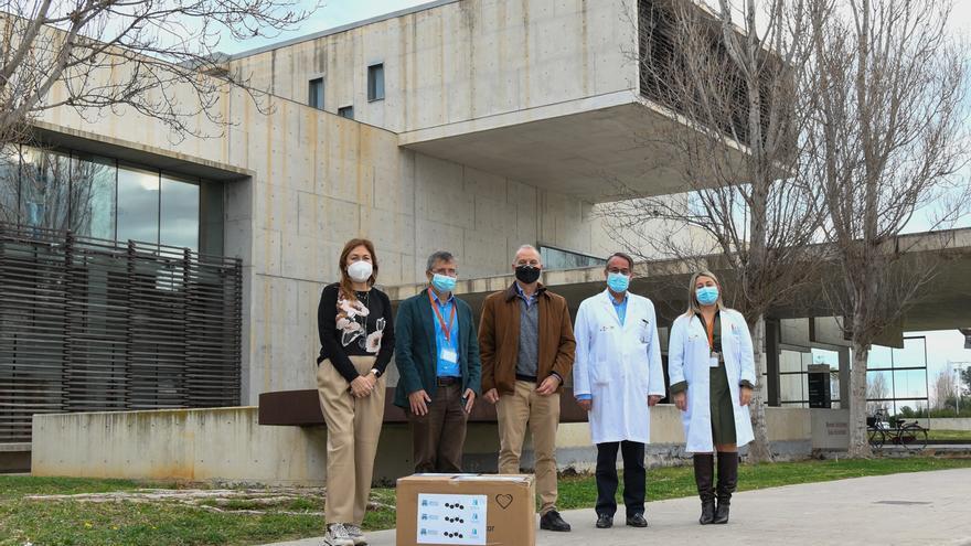 El Colegio de Médicos de Alicante dona un millar de mascarillas al Hospital de Dénia
