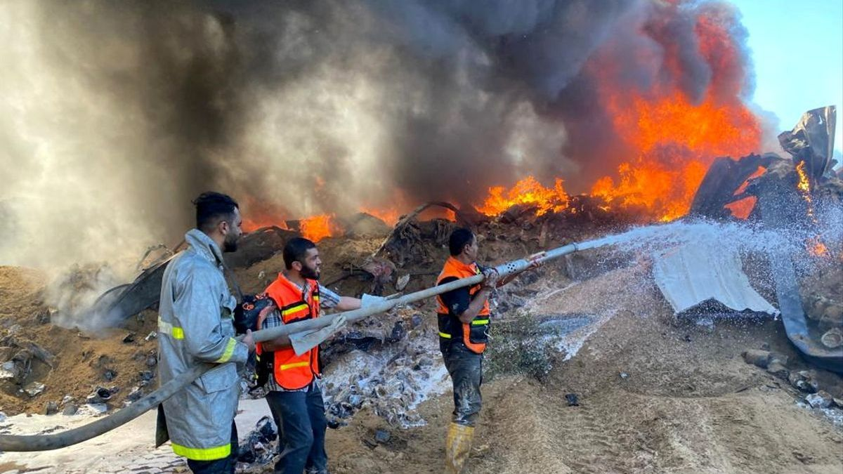 Extinción de un incendio tras un bombardeo israeli en Gaza