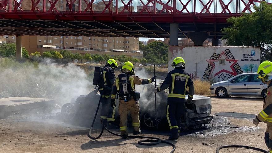 Aparatoso incendio de un coche junto al puente rojo en Alicante