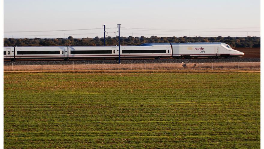 Un pasajero recupera una mochila que olvidó en un tren con 5.880 euros, un portátil y un móvil