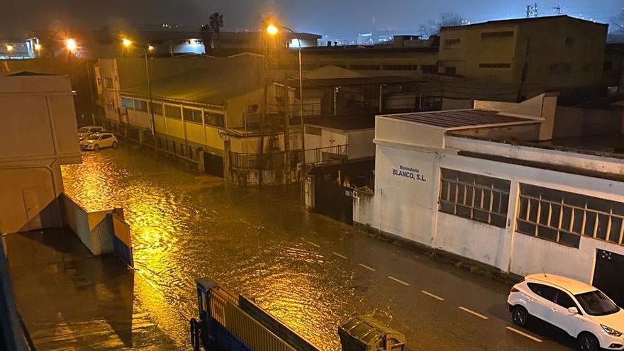 Las intensas lluvias en Vigo anegan varias calles del entorno del Lagares