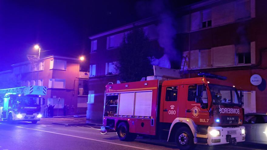 Un incendio obliga a evacuar a un menor y a trasladar al hospital a cinco vecinos en Vigo